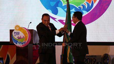 Edy Rahmayadi memberikan bendera PSSI kepada Joko Driyono, sebagai tanda pindahnya tanggung jawab ketua PSSI. Minggu (20/1/19). - INDOSPORT