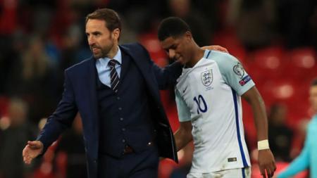 Pelatih Timnas Inggris, Gareth Southgate bersama Marcus Rashford, yang dikabarkan akan menurunkan pemain muda saat melawan Montenegro di kualifikasi Piala Eropa 2020. - INDOSPORT