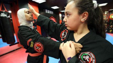 Ratusan wanita di Kuwait menggeluti olahraga MMA - INDOSPORT