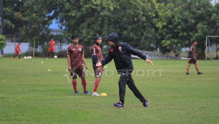 Gaya pelatih Persija, Ivan Kolev dalam latihan tadi sore bersama guyuran hujan