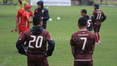 Bambang Pamungkas (Kanan) dan Ramdani Lestaluhu (Kiri) saat akan pembagian tim untuk game sore tadi