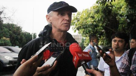Pelatih Persija, Ivan Kolev memberikan penjelasan tentang materi latihan pada sore tadi kepada awak media - INDOSPORT