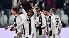 Indosport - Douglas Costa merayakan golnya bersama rekan-rekan setim saat pertandingan Juventus vs Chievo, Selasa (22/01/19) dini hari.