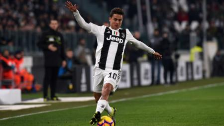 Paulo Dybala menggiring bola dalam pertandingan Juventus vs Chievo, Selasa (22/01/19). - INDOSPORT