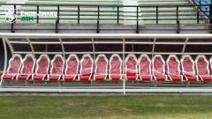 Indosport - Fasilitas tempat duduk pemain di Stadion Gelora Bung Tomo.