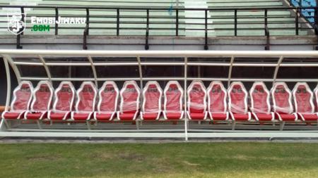 Fasilitas tempat duduk pemain di Stadion Gelora Bung Tomo. - INDOSPORT