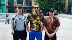 Indosport - Kim Astrup, Anders Skaarup Rasmussen dan Victor Svendsen menggunakan batik