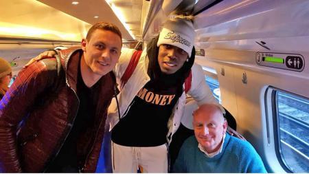 Nemanja Matic dan Paul Pogba berfoto bersama seorang pria di kereta. - INDOSPORT