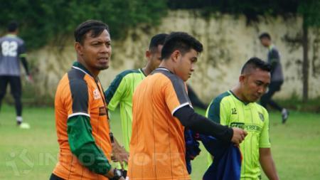 Asisten Pelatih Persebaya Surabaya, Bejo Sugiantoro, saat memimpin latihan tim, Selasa (22/01/19). - INDOSPORT