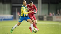 Pemain RKC Waalwijk Jan Lammers (kiri) saat berduel dengan pemain Almere City Ezra Walian (kanan).