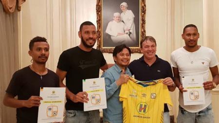 Pemilik Barito Putera Hasnuryadi Sulaiman saat memperkenalkan tiga pemain anyar, yaitu Prisca Womsiwor, Arthur Jesus, dan Lucas Silva. - INDOSPORT