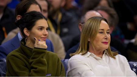 Kendall Jenner bersama ibunda Ben Simmons, Julie. - INDOSPORT