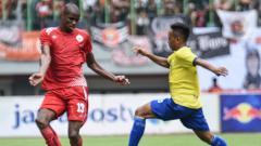 Indosport - Neguete tengah mengontrl bola melawan Kepri FC