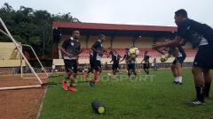 Indosport - Nampak suasana latihan perdana Timnas Persipura Jayapura di Stadion Mandala