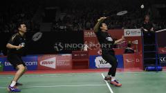 Indosport - Hendra Setiawan/ Muhammad Ahsan berhasil melaju ke babak kedua Indonesia Master 2019 setelah berhasil mengalahkan pasangan Malaysia, Aaron Chia/Soh Wooi Yik pada babak utama di Istora Senayan, Rabu (23/01/19).