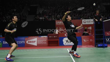 Hendra Setiawan/ Muhammad Ahsan berhasil melaju ke babak kedua Indonesia Master 2019 setelah berhasil mengalahkan pasangan Malaysia, Aaron Chia/Soh Wooi Yik pada babak utama di Istora Senayan, Rabu (23/01/19). - INDOSPORT