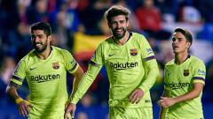 Indosport - 3 pemain Barcelona, Luis Suarez (kiri), Gerard Pique (tengah) dan Denis Suarez (kanan) melakukan selebrasi.