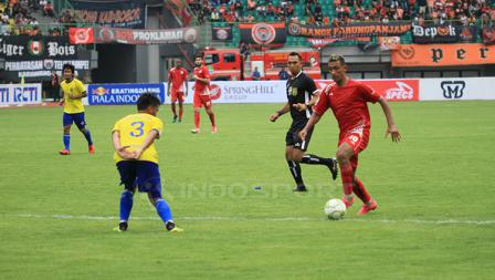Bruno Mantos dalam mendribble bola melewati pemain belakang 757 Kepri