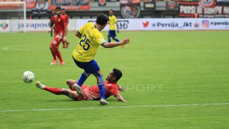 Ramdani Lestaluhu (bawah) menghadang serangan pemain 757 Kepri pada sore hari tadi