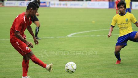 Ramdani memberikan umpan ketengah untuk menciptakan gol