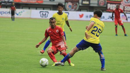 Rico Simanjuntak mencoba melewati hadangan pemain belakang 757 Kepri