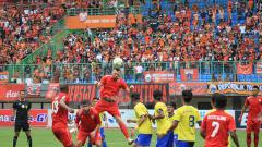 Indosport - Simic menyundul bola setelah menerima umpan dari sayap kanan, Rico
