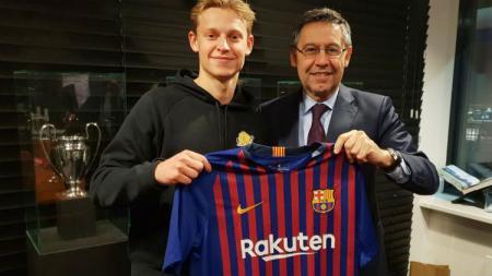 Frankie De Jong akan berseragam Barcelona musim depan. - INDOSPORT