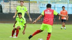 Indosport - Pemain Arema FC saat berlatih dengan aparel baru.