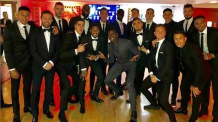 Paul Pogba tampil beda dengan rekan-rekan satu timnya di Manchester United - INDOSPORT