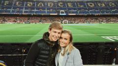 Indosport - Frenkie de Jong bersama sang kekasih, Mikky Kiemeney.