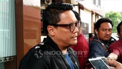 Indosport - Wakasatgas Anti Mafia Bola Brigjen, Pol Krishna Murti memberikan keterangan perihal pemeriksaan Vigit Waluyo di Ditreskrimum, Polda Jatim. Kamis (24/1/19).