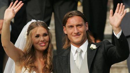 Francesco Totti dan Ilary Blasi saat menikah di tahun 2005 - INDOSPORT