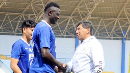 Direktur PT Persib Bandung Bermartabat (PBB), Teddy Tjahyono membantah kabar striker asing asal Chad, Ezechiel N'Douassel dibarter dengan Bruno Matos. - INDOSPORT