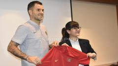 Indosport - Ratu Tisha perkenalkan Simon McMenemy sebagai pelatih baru Timnas Indonesia Senior.