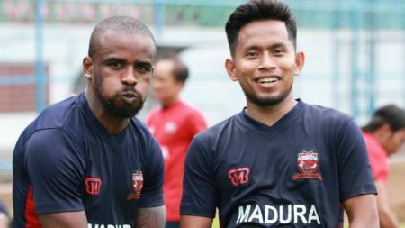Greg Nwokolo dan Andik Vermansah saat latihan bersama Madura United. - INDOSPORT