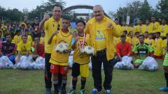 Indosport - Alex Noerdin selaku Pembina Alex Noerdin Cup 2019, usai menyematkan rompi kepada pemain terbaik, di Lapangan Taman Olahraga Silampari, Kamis (24/1).