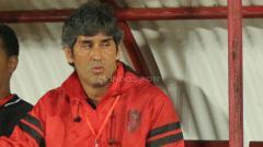 Indosport - Pelatih sepak bola Bali United, Stefano Cugurra Teco, mendapat kado istimewa dari kawan lamanya, Jacksen Ferreira Tiago, usai timnya jadi juara Liga 1 2019.