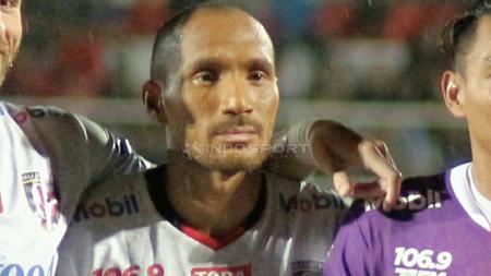 Tak ada rasa bosan ketika jadi pemain klub Liga 1 Bali United dan hidup di Pulau Dewata. Hal itulah yang dirasakan oleh Leonard Tupamahu. - INDOSPORT