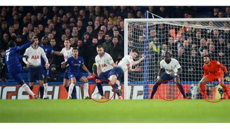 N'Golo Kante (kiri) berpotensi absen jelang lawatan Chelsea ke markas Manchester United pada pekan perdana Liga Primer Inggris 2019/20 - INDOSPORT