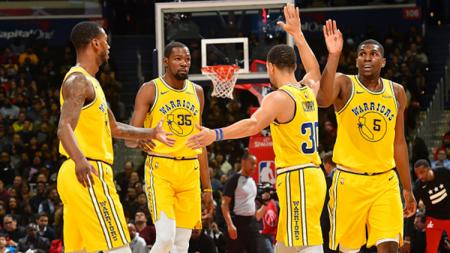 Aksi selebrasi pemain Golden State Warriors, Stephen Curry, Alfonzo McKinnie, Kevin Durant dan Kevon Looney - INDOSPORT