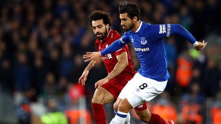 Andre Gomes saat berduel dengan Mohamed Salah. - INDOSPORT