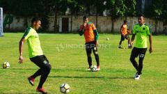Indosport - Bejo Sugiantoro memimpin latihan Persebaya di Lapangan Polda Jatim.