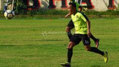 Indosport - Rendi Irwan berlatih rutin di Lapangan Polda Jatim