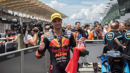 Miguel Oliveira berhasil mempersembahkan kemenangan pertama untuk KTM setelah ia lebih cepat dari Johann Zarco dan Fabio Quartararo di MotoGP Catalunya 2021. - INDOSPORT