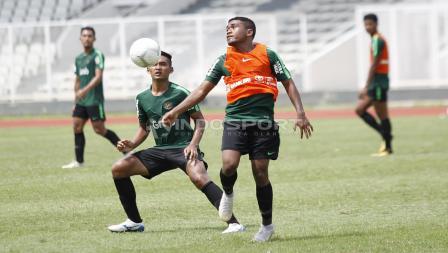 Billy Keraf (kedua kanan) mencoba mengontrol bola dalam internal game pekan ketiga Timnas Indonesia U-22.