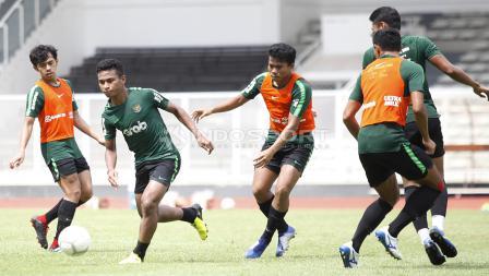 Pergerakan Osvaldo Haay (kedua kiri) dijaga ketat oleh Nurhidayat.