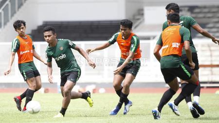 Pergerakan Osvaldo Haay (kedua kiri) dijaga ketat oleh Nurhidayat. - INDOSPORT