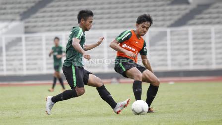 Luthfi Kamal (kanan) berebut bola dengan rekannya dalam internal game pekan ketiga Timnas Indonesia U-22.