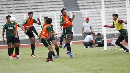 Kemelut bola di depan gawang kiper Riyandi (kanan).