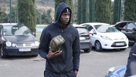 Kena ejekan rasisme saat laga Hellas Verona vs Brescia di Seria Italia, Mario Balotelli malah dihujat suporter sendiri. - INDOSPORT